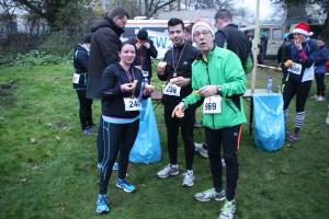 Gabriele, Roberto und Klaus stärken sich nach dem Lauf mit Orangen