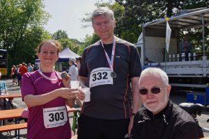 Andrea und Roland freuen sich über die erfolreiche Teilnahme zusammen mit Lauf-Betreuer Horst Fichtel.