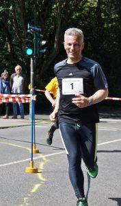 Oberbürgemeister Erik O. Schulz lief auch für den Lauftreff Emst und errang Platz 100 beim 10 km-Lauf.